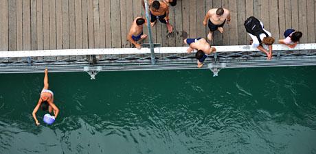 Aaremenschen von oben (von der Kornhausbrücke, 10. Juli 2010)