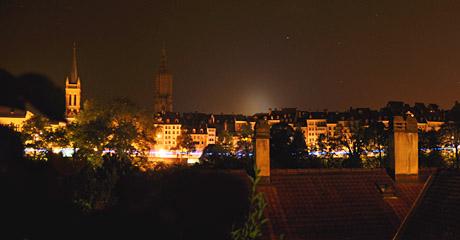 Der Gurten leuchtet hinter der Berner Altstadt (15. Juli 2010)