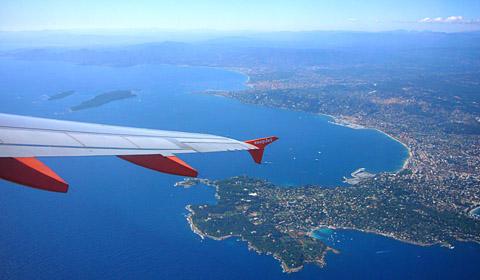 Abflug nach Westen ab Piste 22R in Nice mit Rechtskurve über dem Cap d'Antibes nach Norden