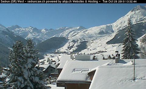 So viel Schnee wie teils an Weihnachten nicht: Sedrun, 26. Oktober 2010 (eigene Webcam sedruncam.ch)