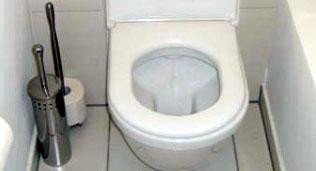 Falsch platzierte Utensilien auf dem WC