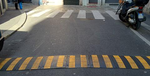 Bump vor Zebrastreifen in Mailand