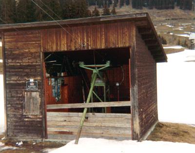 Talstation des benzinbetriebenen Skiliftes Surrein, April 1983