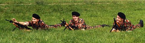 Der Autor (links) lernt das Töten im Liegen, Sommer 1992