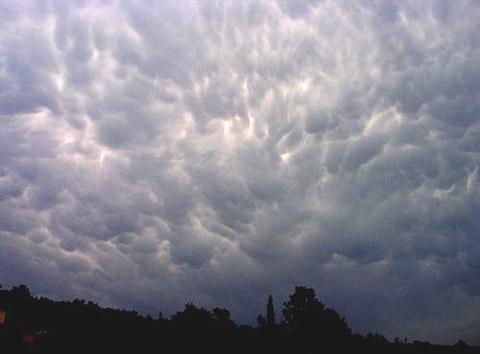 Der CB wehrlos ausgesetzt: Gewitterwolke von unten
