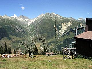 Bergbahn und Antennenmast auf der Alp Tgom