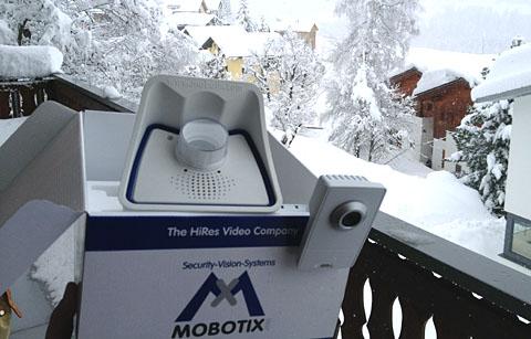Kurz nach dem Unboxing im März: Mobotix M24M und Axis M1011-W in Sedrun