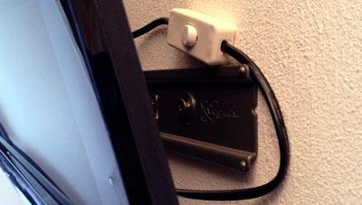 Mangels Komplett-Ausschalt-Knopf: Ins Netzkabel eingebauter ON/OFF Schalter an einem Samsung-6700-LED-TV