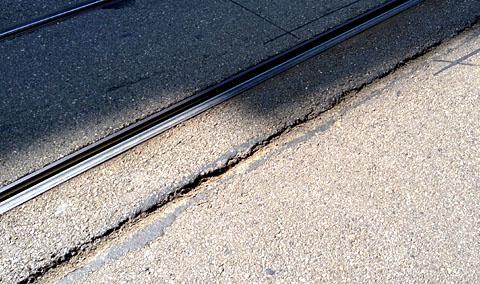Schlechter Strassenzustand für Velofahrende (Bern, Juli 2012)