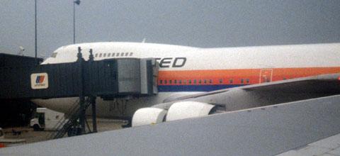 Plane change in IAD: Eine 747 im alten United-Look